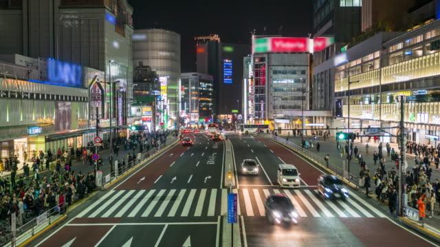 Menigte mensen en nacht stad Tokio
