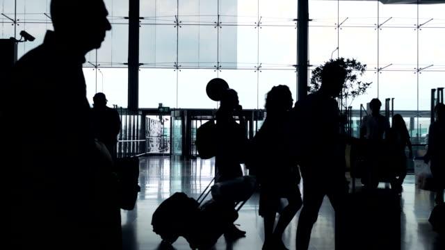 Menigte mensen op luchthaven