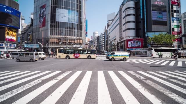vídeos de stock e filmes b-roll de crowd people at shibuya - encruzilhada