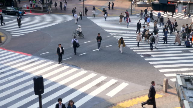 vidéos et rushes de foule de gens à la rue - traverser