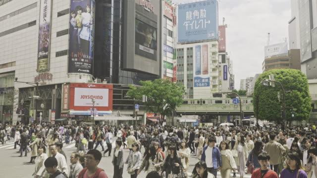 渋谷十字路を横断する群衆 - 広告点の映像素材/bロール