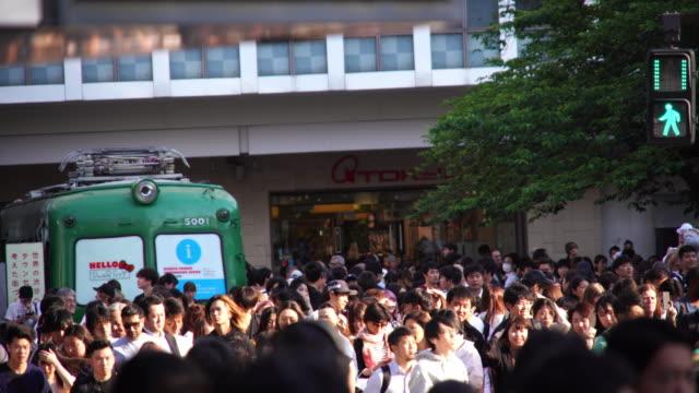 menschen über den zebrastreifen in tokio, japan. - verkehrs leuchtsignal stock-videos und b-roll-filmmaterial
