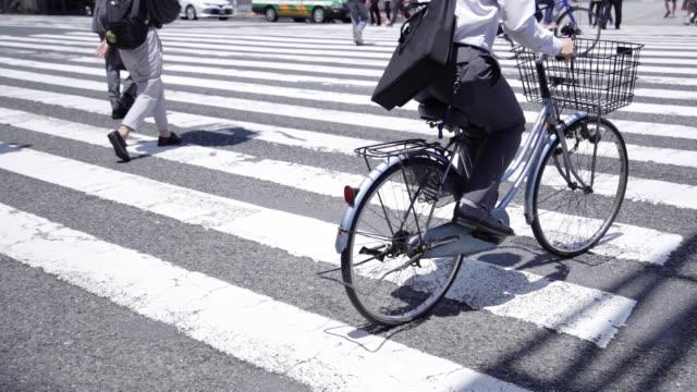 folla che attraversa la zebra, tokyo, giappone. - pedone ruolo dell'uomo video stock e b–roll