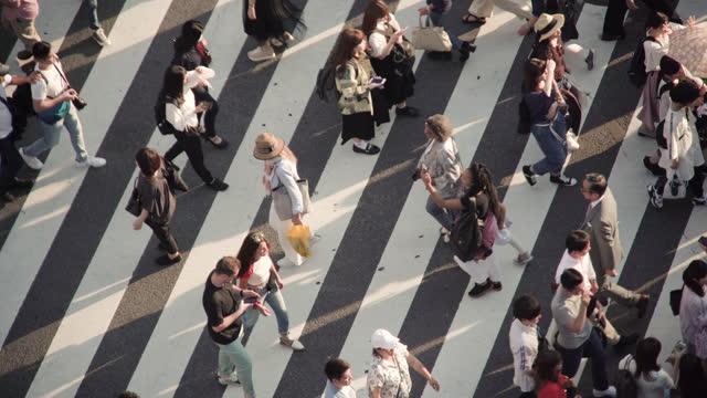 crowd menschen überqueren zebrastreifen , tokio, japan. - überqueren stock-videos und b-roll-filmmaterial