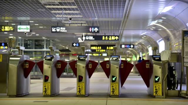 vídeos de stock, filmes e b-roll de multidão de pessoas entrada da estação de trem - taipé