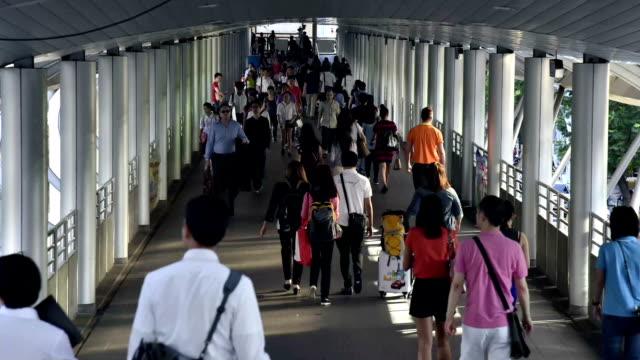 menigte mensen entree een treinstation