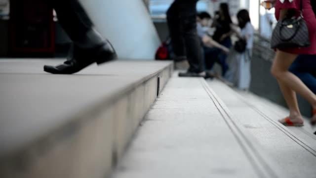 menge, menschen gehen sie die treppe in eine bahnhof - treppe stock-videos und b-roll-filmmaterial