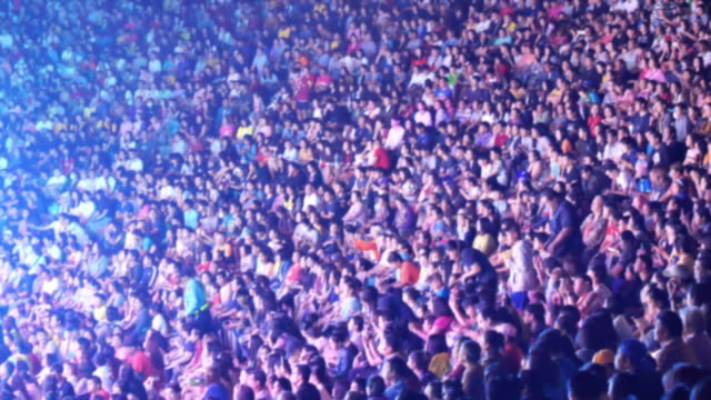 コンサートで群衆の人々 - スタジアム点の映像素材/bロール