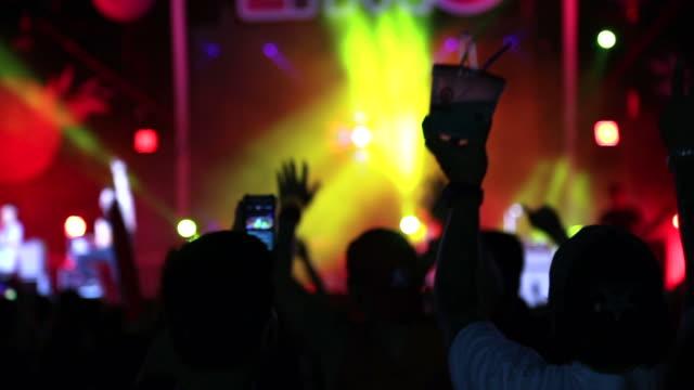 Menge Menschen in Konzert im freien