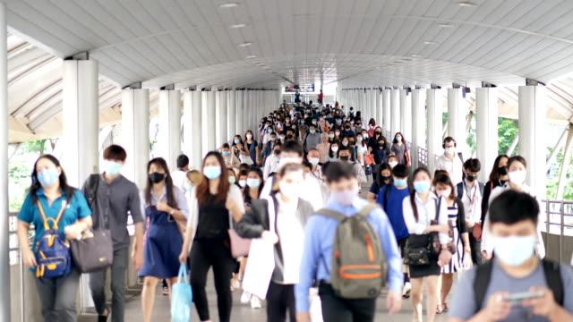 vidéos et rushes de foule personnes vivant sur l'épidémie de pandémie de covide-19 - maladie infectieuse