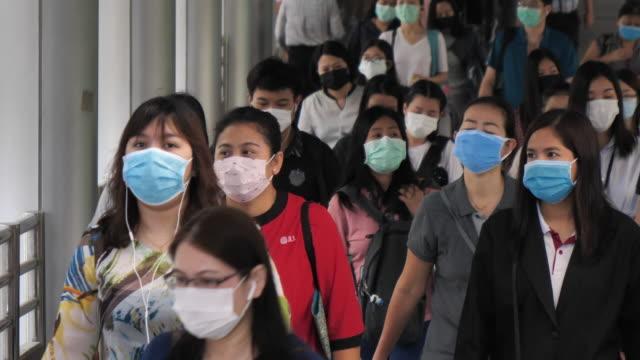 通勤するマスク保護を使用する群衆 - 風邪点の映像素材/bロール