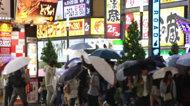 Personnes en attente de passage sur la route de la ville tandis que la pluie