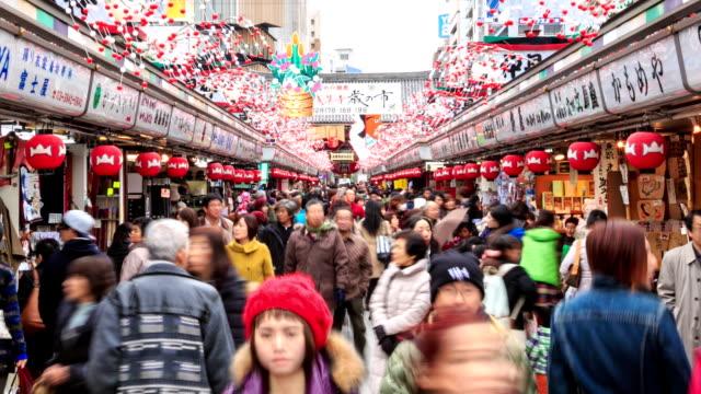 vídeos de stock, filmes e b-roll de multidão de pessoas caminhando no antigo mercado de tóquio - templo
