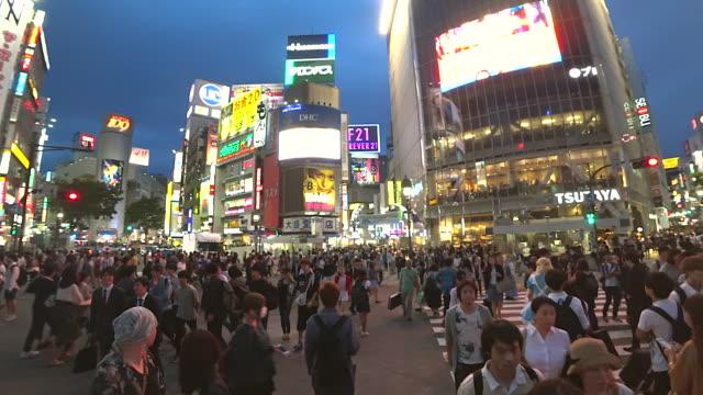 夜の時間で東京都渋谷横断道路を歩く人