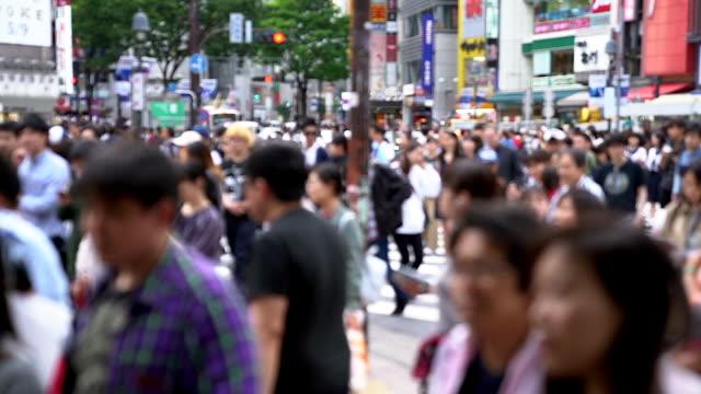 東京都渋谷横断道路の上を歩く人
