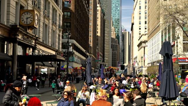 vídeos y material grabado en eventos de stock de crowd relax on broadway - macy's