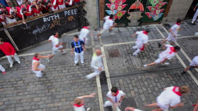 vidéos et rushes de ws crowd running of the bulls encierro festival of san fermin at estafeta street / pamplona, navarre, spain - excitation