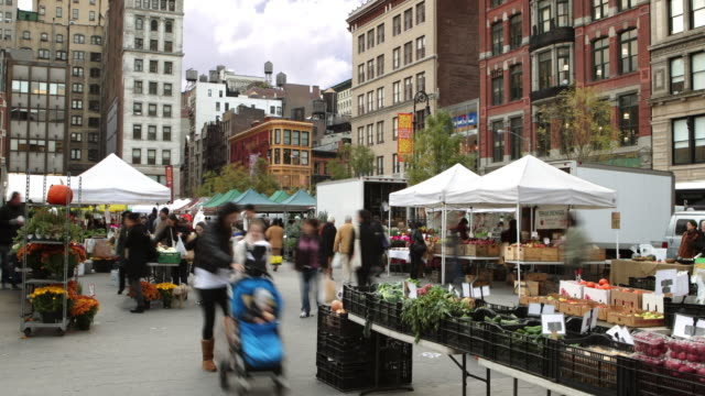 vidéos et rushes de ws zo t/l crowd rushing through union square greenmarket in new york city / new york city, new york, usa - marché paysan