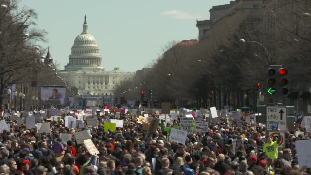 crowd scenes on and around pennsylvania avenue during march for our lives antigun rally on march 24 2018 in washington dc united states includes the... - protesta contro la violenza armata video stock e b–roll