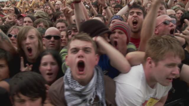 vídeos de stock e filmes b-roll de ms pan slo mo crowd screaming at music festival / knebworth, hertfordshire, uk - bater com a cabeça
