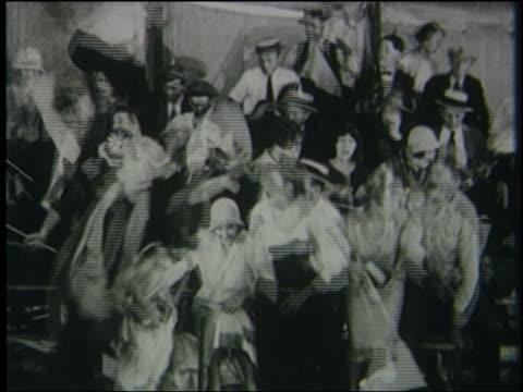 vidéos et rushes de b/w 1926 crowd sitting in bleachers stands up + runs away - peur