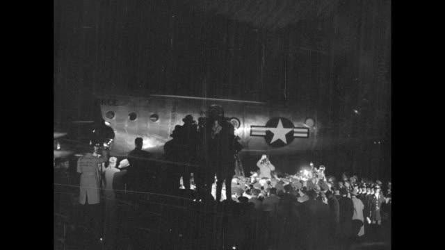 vídeos y material grabado en eventos de stock de crowd surrounding maybe car cameras aimed at car can see confederate flag in bg / crowd cameras / plane body at night crowd below silhouette of maybe... - douglas macarthur