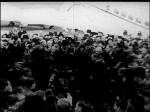 b/w 1938 crowd surrounding prime minister chamberlain at airport after signing of munich pact - anno 1938 video stock e b–roll