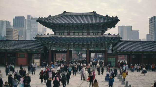 韓国・ソウルの景福宮に群衆が向かう。 - ソウル点の映像素材/bロール