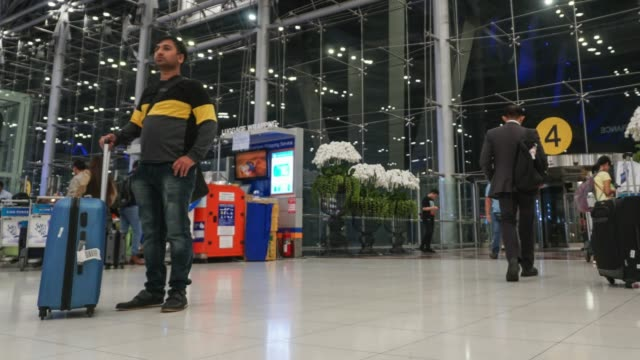 menge reisenden am flughafen. - passenger stock-videos und b-roll-filmmaterial