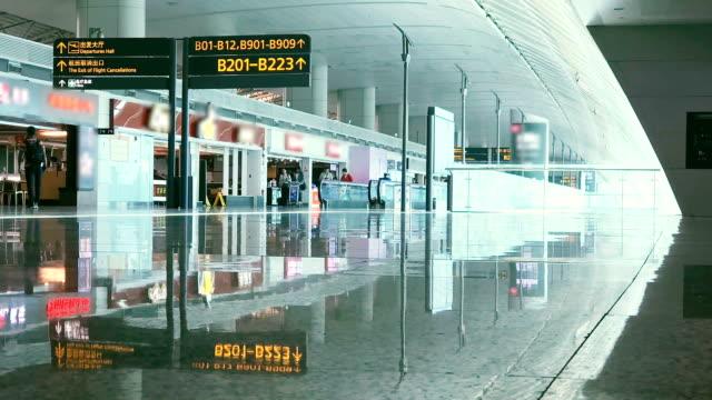 crowd traveller at the airport. - addetto all'accettazione video stock e b–roll