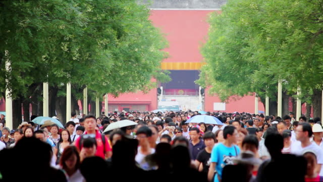 ms crowd under archway in tiananmen square / beijing, china - pechino video stock e b–roll