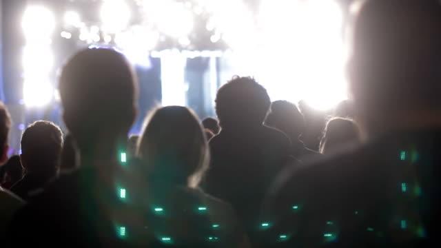 vídeos de stock e filmes b-roll de multidão - música heavy metal