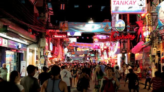 menschenmenge gehen durch die walking street in pattaya, thailand. - bordell stock-videos und b-roll-filmmaterial