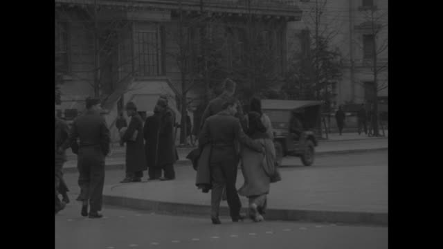 crowd walking along street / vs us soldiers walking with japanese women / us soldier sitting in park with japanese woman / three shots of us soldiers... - 1940~1949年点の映像素材/bロール