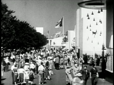 vidéos et rushes de b/w 1940 crowd walking around at new york world's fair / travelogue - exposition universelle de new york