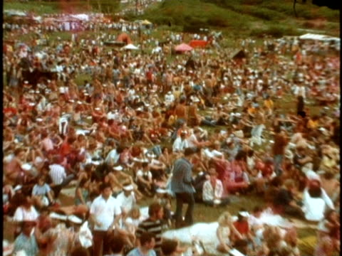 crowd walking at diamond state crater sunshine festival/ ws zo crowd/ hawaii - hippie stock-videos und b-roll-filmmaterial