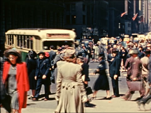 vidéos et rushes de 1941 crowd walking at intersection at fifth avenue, nyc / industrial - prelinger archive