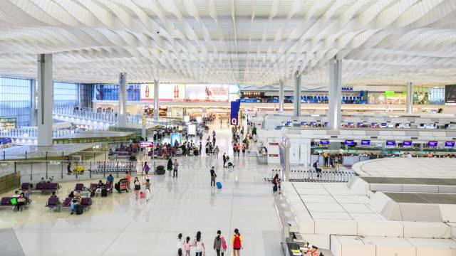 Multitud en aeropuerto de Hong Kong.