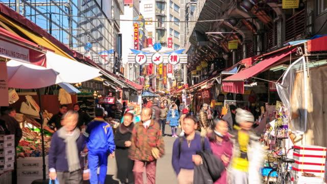 Mängden promenader i Ameyoko marknad, Tokyo, Japan