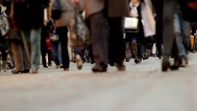 vidéos et rushes de foule de marche, étrange angle - pied