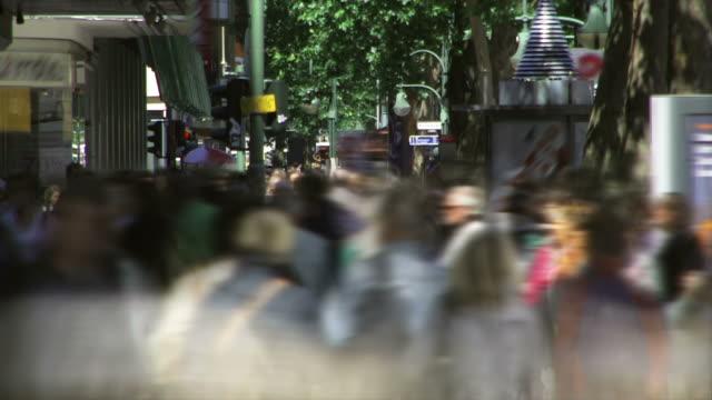 vídeos de stock, filmes e b-roll de pessoas andando em uma rua de compras-lapso de tempo - time lapse de movimento rápido