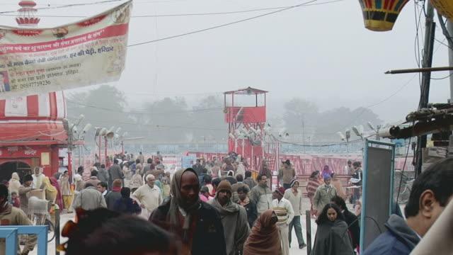 vidéos et rushes de ws zo crowd walking on bank of river ganges / haridwar, uttarakhand, india - châle