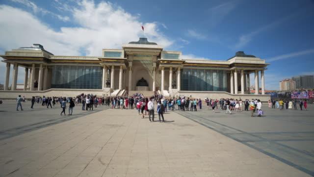 vídeos de stock e filmes b-roll de crowd walking on footpath towards genghis khan statue at parliament building during sunny day - ulaanbaatar, mongolia - ulan bator