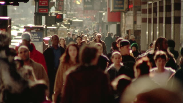 sm ms crowd walking on times square sidewalk/ new york city - ora di punta video stock e b–roll