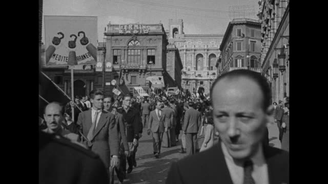 vídeos y material grabado en eventos de stock de crowd walking through streets in rome / two shots of crowd gathered in piazza venezia / two shots of people in crowd waving and cheering / three... - mussolini