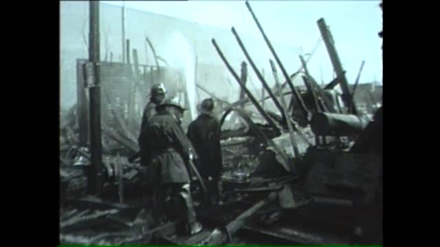 vídeos y material grabado en eventos de stock de crowd watches as chicago firefighters put out fire and smoke at collapsed building in 1962 - artículo de emergencia