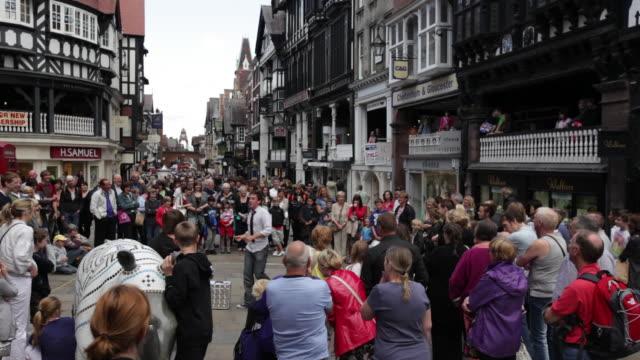 ms crowd watching man's street performer / chester, england - 英チェシャー州点の映像素材/bロール