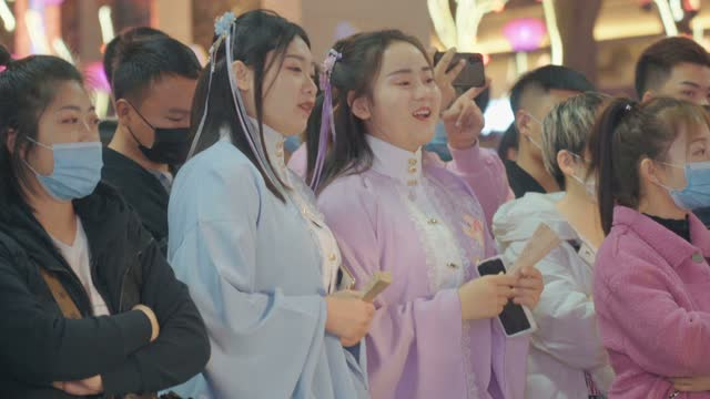 stockvideo's en b-roll-footage met crowd watching the performance at scenic spot for celebrate chinese spring festival / xi'an, shaanxi, china - zanger
