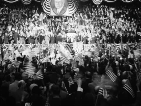 vidéos et rushes de view crowd waving flags at republican national convention / kansas city / newsreel - 1928