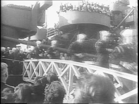 crowd waving in front of a welcome home display in los angeles / naval fleet ship uss texas at sea, blimp flying above it / uss texas view of deck... - marinaio video stock e b–roll